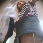 【本物パンチラ盗撮動画】美人ギャルショップ店員のタイトスカートからパンティを逆さ撮りしてしまう猛者の投稿映像w