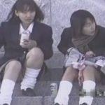 【パンチラ盗撮動画】制服姿の現役本物女子高生の放課後の下半身を望遠カメラで真っ向撮影してパンティ攻略w