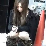 【パンチラ盗撮動画】人通りの多い街中で発見した美女のノーガードな股間!魅惑のゾーンからチラ付くパンティw