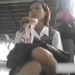 【パンチラ盗撮動画】マジ犯罪級の危険行為!周りに通行人がいても無視して座っている美少女JKの股間撮影!