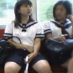 【パンチラ盗撮動画】危険人物の尾行映像流出!美少女JKを電車で発見すると堪えきれずに執念のパンティ激写!