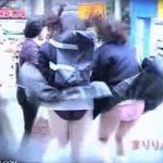 【パンチラ盗撮動画】公衆の面前でスカートが風で捲れてパンティ全開!制服JKのリアクションがマジで最高w