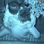 【SEX盗撮動画】深夜の公園で周りを気にしながらも彼氏に跨る美少女JKの警戒心が手薄な上から撮影したw