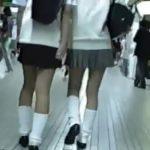 【パンチラ盗撮動画】未成熟な制服JKの下半身を求めて街中を彷徨う変態の投稿パンティ映像が拡散w