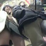 【パンチラ盗撮動画】彼氏さんとご一緒の激カワギャルにさりげなく接近して逆さ撮りをこなした有能なオレw