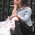 【パンチラ盗撮動画】街中でしゃがみ込んでる素人一般人の娘さんの股間から好評の白い布切れが露出w
