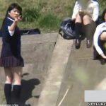 【パンチラ盗撮動画】放課後に河原で暇そうにしてる制服女子高生の可愛いパンティが見放題だったw
