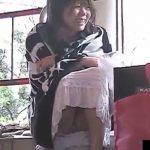 【パンチラ盗撮動画】人通りの多い路上でしゃがみ込んだ美人ギャルの股間からパンティが見えているw