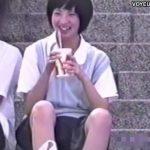 【パンチラ盗撮動画】メッチャ可愛らしい制服美少女JKの無邪気な股間からフレッシュ清純パンティを撮影w