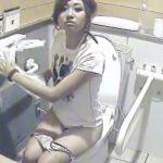 【女子トイレ盗撮動画】冒頭いきなりのナプキン&黒ずんだタンポンを交換する偉業を成し遂げたお宝映像w