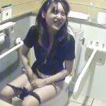 【女子トイレ盗撮動画】放尿マ●コを拭き拭きしながら女子友とも会話して合理的に時間を節約するギャルw