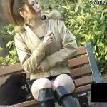 【パンチラ盗撮動画】桃色パンティを着用した美人お姉さんが公園のベンチでデルタゾーンを覗き撮りされたw
