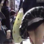 【パンチラ盗撮動画】不意を突かれて風で捲れる制服JKのスカート内!驚いたリアクションが激カワ萌え萌えw