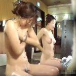 【観覧注意】女子風呂に潜入した女盗撮師がカメラをズラしたシーンから始まる危険すぎる大問題映像!