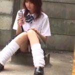 【パンチラ盗撮動画】制服女子高生の女の子の股間をズームインするとおま○このお肉が露出していたw