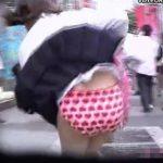 【パンチラ盗撮動画】風のお蔭で現役JKのパンティ全開!若さ溢れるパンティ丸見えで悲鳴を上げる女の子w