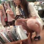 【パンチラ盗撮動画】ショッピングに夢中のギャルの股間を接写撮りするとご自慢の具材がすでに溢れていたw