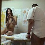 【SEX盗撮動画】スーパーモデル級美女にあの整体師がデレデレして一年ぶりの膣圧の触感に即イキw