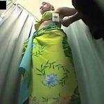 【隠し撮り動画】水着を試着する巨乳お姉さんの姿を無断撮影!ムッチリ下半身が興奮そそる極上肉体美w