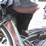 【パンチラ盗撮動画】わざわざ駅前の駐輪所に出向いて自転車に跨る制服JKの下半身を撮影したお宝映像w