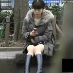 【パンチラ盗撮動画】美人お姉さんの股間からチラ付くパンティをロックオンして逃さない有能なカメラマンが収録!