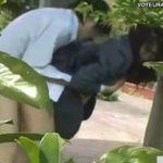 【セックス盗撮動画】制服JKの可愛い彼女がお尻を突き出した体勢で青姦パコパコしまくる裏山カップルw