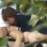 【SEX盗撮動画】公園のベンチで彼氏の男性器を咥える美少女JKはご褒美に挿入をしてもらっていたw