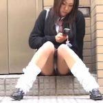 【パンチラ盗撮動画】座っている制服JKの股間を正面から視姦!パンティからハミ出した陰毛が卑猥すぎw