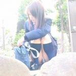 【パンチラ盗撮動画】爽快な朝焼けの中で美少女JKの純白パンティから露出したエグい陰毛とマン肉w
