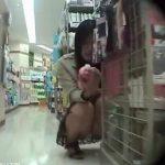 【パンチラ盗撮動画】買い物中の美人ギャルに身勝手にも同行して無許可で股間からパンティを撮りまくったw