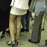 【パンチラ盗撮動画】白いスカートから覗く美脚の隙間から素人お姉さんのパンティを逆さ撮り収録したw