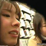 【パンチラ盗撮動画】某レンタルDVD店で二人組女子高生のしゃがみ込んだ股間を入念に撮影してきましたw