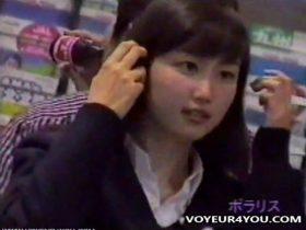【盗撮動画】本物JKのガチ物パンチラ映像!こんな可愛らしい美少女達の確かな美脚の隙間をロックオンw
