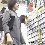【盗撮動画】お気に入りの男性芸能人のポストカードに目が♡の素人ギャルのパンチラを逆さ撮りしまくりw