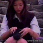 【盗撮動画】本物制服JKのパンチラ正面撮り!正統派美少女の股間をガードする重役を務める純白パンティw
