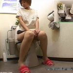 【盗撮動画】ショートヘア美人若妻が放尿後に思いとどまった表情をしてると意を決してオナニー始めちゃうw