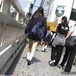 【パンチラ盗撮動画】細い美脚が街中でも目立ってしまう制服JKに完全ロックオンで尾行パンティ撮影するw
