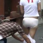 【隠し撮り動画】道行くギャルの背後からダッシュで強襲!ズボンをズリ下げて奥義強制パンティ丸出しの刑w