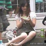 【隠し撮り動画】路肩に腰かけて昼食中の美人ギャルの股間のパンチラを真正面から正々堂々と無断撮影w