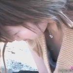 【盗撮動画】街中撮影された美人女神の胸チラ映像!胸元から露出してしまった素人生乳首がナイスw