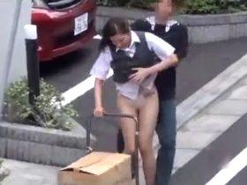 【盗撮動画】清楚美人の制服OLの背後から忍び寄りスカート強制まくり上げで白昼路上で下半身大公開w