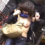【盗撮動画】人通りの少ない路地で激カワ美女を発見すると背後から忍び寄りオッパイちゃんを強制露出w