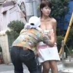 【盗撮動画】素人お姉さんのチューブトップを正々堂々と正面から強襲下げ!圧巻の美巨乳プルルンw