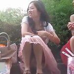 【盗撮動画】最高パンチラ映像!路肩に腰かけて脇汗を拭いてるマジ美少女ギャルのパンティ凝視姦w