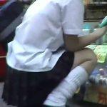 【盗撮動画】靴カメを極めたオレが満を持して放課後の制服JKの股間に無断で粘着取材!マン毛露出w