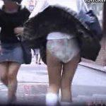 【隠し撮り動画】下から吹き上げる風のお蔭で現役JKちゃんが公衆の面前で満を持してパンチラを大公開w