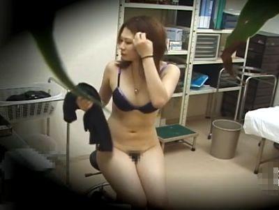 【盗撮動画】変態産婦人科医のオモチャのように全裸で膣内までくまなく診察される超絶美人ギャルw