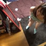 【盗撮動画】大傑作の美人お姉さん!オナニー中に訪問者!オマ●コを刺激しながらの玄関前神対応w