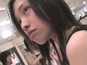 【盗撮動画】激カワ美人なショップ店員さんの緩い胸チラを覗き込むように執拗に撮影した映像が使えるw