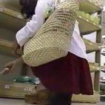 【盗撮動画】お買い物中の素人ギャルのスカート内をローアングルカメラで警備する危険パンチラ映像!